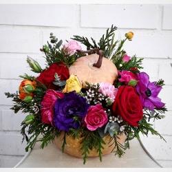 Entregamos sólo por el pedido para el día de halloween #pumpkin #floresencalabaza #rosas #miniclaveles #wax #ranuculus #eucaliptus #lisianthusflowers #anémona #artefloral #diadehalloween #halloween