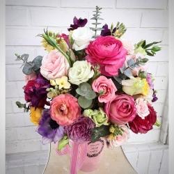 Feliz fin de semana #arregloencaja #floresencaja #rosas #minirosa #anémona #ranuculos #lisiantus #aleli #eucaliptus #alstroemerias #pedidosonline