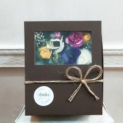 Caja de regalo con flores 🥀🌼🌺🌸🍫🎁🧣#cajaderegalos #bufanda #chocolate #floresacasa #rosasamarillas #ranuculos #anémona #miniclaveles #despachoadomicilio