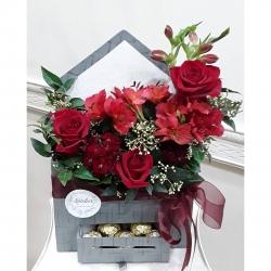 Arreglo en caja tipo sobre #caja #rosasrojas #astromelias #clavelinajaponesa #pedidosacasa #sorpresa