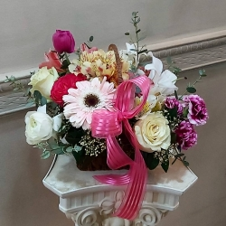 Gracias por preferirnos 💕 Arreglo con canasta 🥀🌸🌼🗑#florescanasta #pedidosacasa #floresnaturales #gardenrose #gerberas #eucaliptus #anémona #ranuculos #lisiantus #astromelias #rosas #lilium #miniclavele