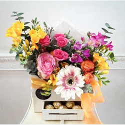 Bienvenido la primavera 😘 #cajadeflores #floresacasa #despachoencasa #floresacasa #chocolates #ramosdeflores  #decoracionfloral #rosa #minirosa #eucaliptus #frésias #gerberas🌼 #wax #diseñofloral